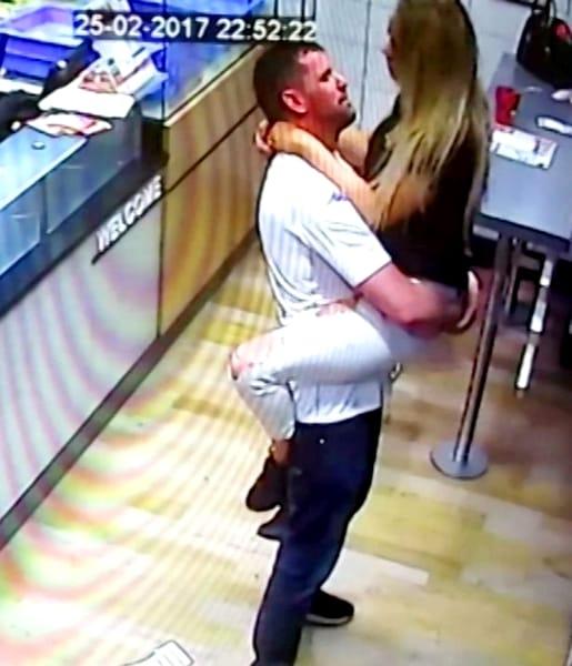 Făceau amor la coadă la pizza Te cruceşti cînd vezi cine sunt cei doi!  Vezi imaginile