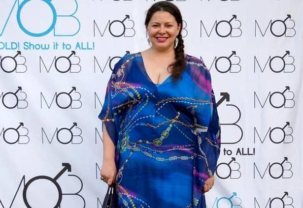"""În ultima perioadă, Rita Mureșan a fost în ochii presei din cauza kilogramelor în plus pe care le-a luat din nou. Designer-ul, invitat în cadrul unei emisiuni, a fost întrebat de ce a ajuns din nou la același aspect. Creatoarea de modă a răspuns că nu doar mâncarea, după cum crede toată lumea, te poate îngrășa. """" Am 47 de ani, nu doar mâncarea te îngrașă. Acum 4 ani am trecut printr-un șoc emoțional care m-a făcut să pierd foarte multe kilograme și apoi prin altul care m-a făcut să iau. Nu mai înțeleg organismul meu, dar nici nu-l mai întreb"""", a declarat vedeta la """"X-tra Night Show""""."""