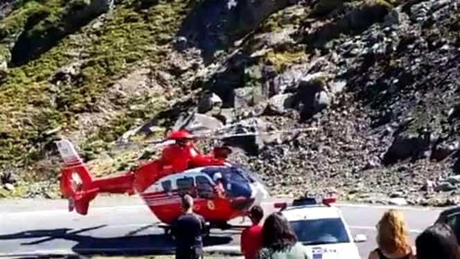 Un turist grec a dat nas în nas cu ursul pe Transfăgărășan! Bărbatul a ajuns de urgență la spital!