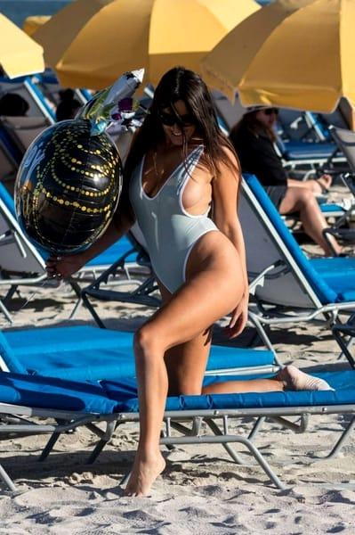 Claudia, fără ruşine la plajă! Se vede TOT! Imagini bombă cu vedeta!