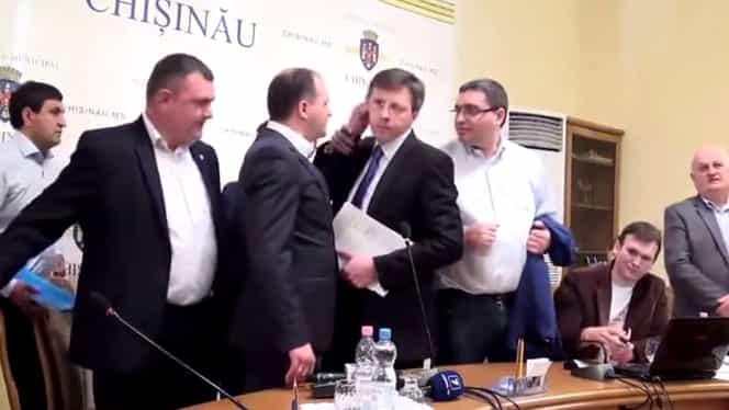 VIDEO / Show electoral la Primăria Chişinău! PRIMARUL, tras de urechi