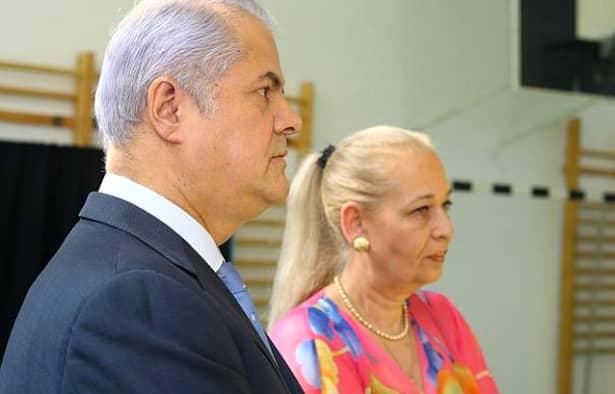 Fostul premier al României, Adrian Năstase, în vârstă de 68 de ani, și soția acestuia, Dana Năstase, în vârstă de 63 de ani, s-au retras din viața publică, după ce politicianul a fost condamnat la închisoare. Cei doi s-au retras la Cornu și duc o viață liniștită, mai ales că acum are și un nepoțel de la Andrei, fiul cel mare, iar viața lor a căpătat un alt sens.