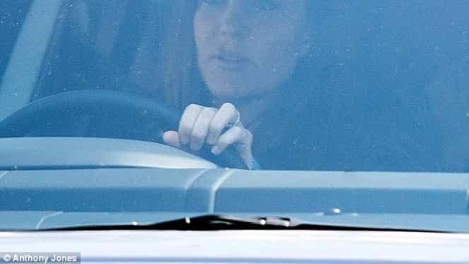 FOTO / Kate Middleton, surprinsă la volan prin Londra, în luna a noua de sarcină!