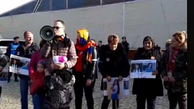 Alexandru Cumpănașu scoate din nou lumea în stradă! Zeci de oameni protestează în Piața Universității împotriva procurorilor care au anchetat cazul Caracal