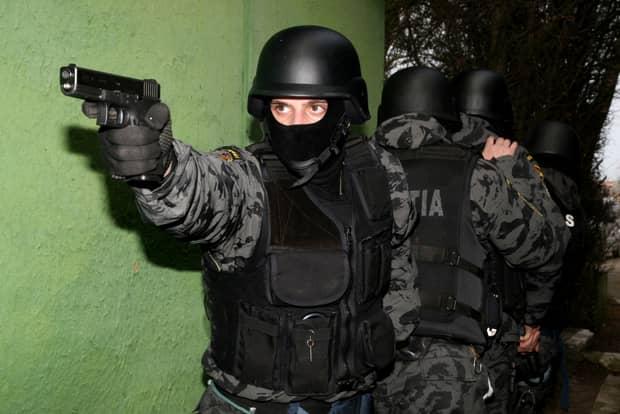 Clanurile din Craiova au fost luate cu asalt de mascați. Sunt acuzate de trafic cu persoane între Mexic și SUA