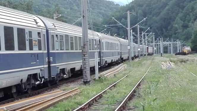 Sute de pasageri blocați în trei trenuri, în Defileul Gorjului! Calea ferată este deteriorată