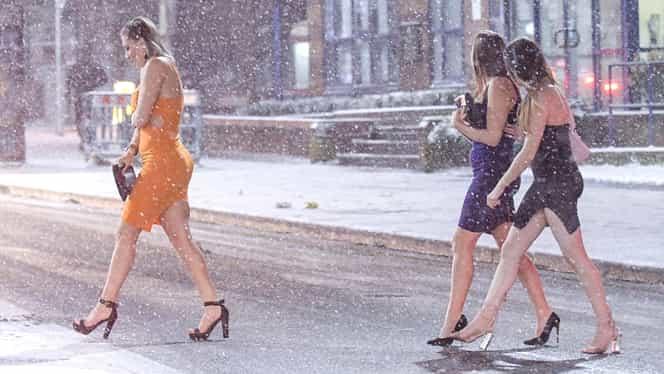 FOTO Vremea le-a jucat rău feste! Cum au fost surprinse mai multe tinere care ieşeau din club