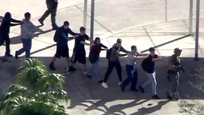 Atac armat la un liceu din SUA! Atacatorul, fost elev, a executat 17 persoane!