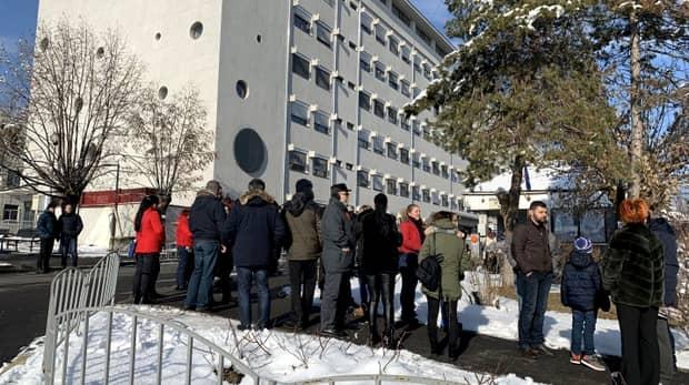 Proteste la Spitalul Județean din Râmnicu Vâlcea, după ce un copil a intrat în comă! Reacția Sorinei Pintea