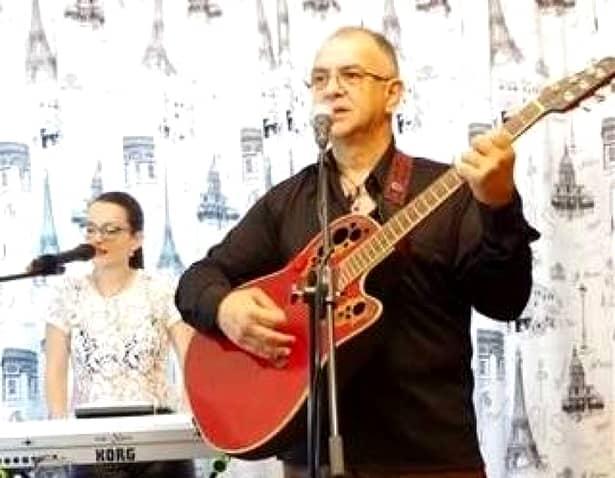 Prietenii cântărețului au chemat Salvarea, însă medicii de pe ambulanță nu au mai putut face nimic pentru cântăreț. Artistul avea 51 de ani și era originar din Târgoviște.