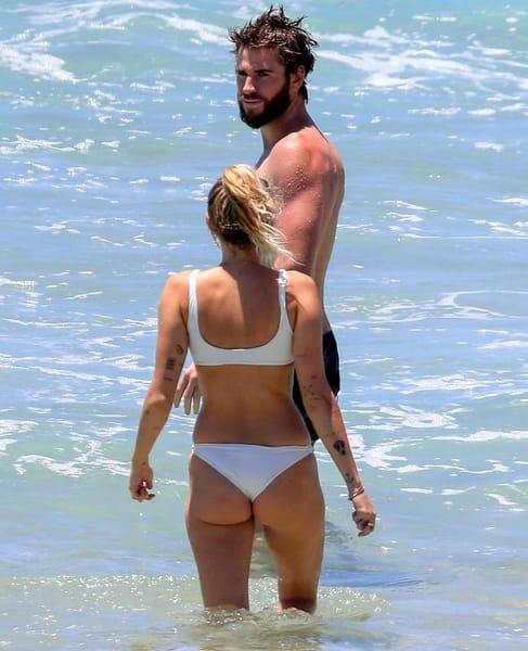 A comis-o din nou! Miley Cyrus, într-o pereche de bikini transparenţi la plajă. Când s-a întors, s-a văzut tot
