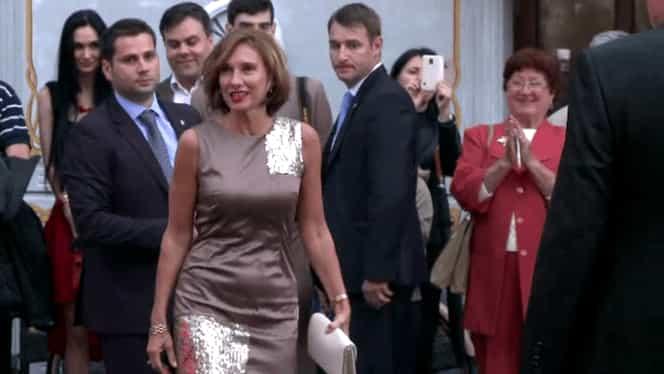 Cum a apărut Carmen Iohannis la școală, în fața elevilor săi! Toți s-au uitat la fusta uluitor de scurtă