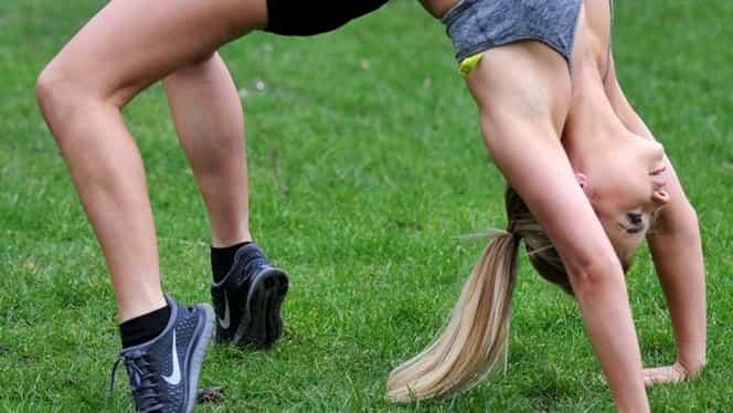 Cum a apărut această blondă în parc! Pantalonaşii prea mulaţi i-au jucat feste în timp ce făcea sport