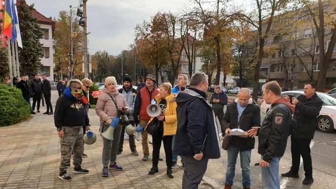 """Viorica Dăncilă, contre cu protestatarii la Timișoara! Premierului demis i s-a strigat: """"Analfabeto"""""""