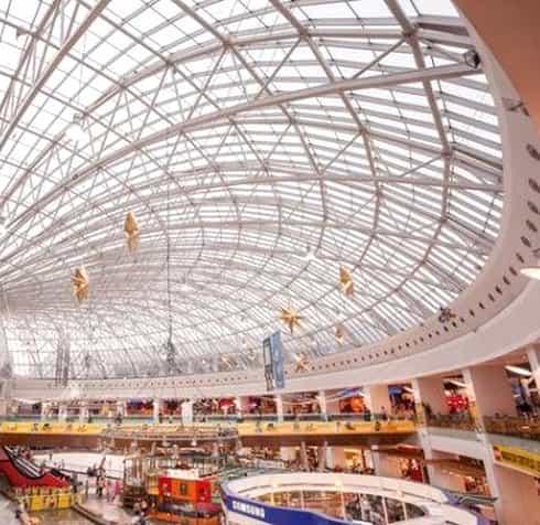 Copil filmat pe cupola de sticlă a mall-ului AFI Cotroceni! Clienții sunt șocați