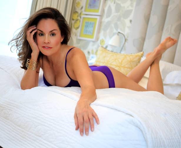 O văduvă celebră s-a pozat indecent și a postat totul pe internet