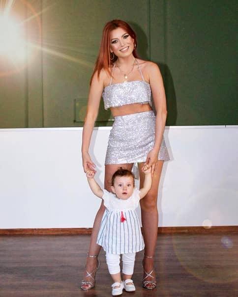 Elena Gheorghe a avut parte de două evenimente minunate în aceeași zi: ruperea turtei și ziua fetiței sale. Amelie Nicole, căci așa o cheamă pe micuța cântăreței, a fost extrem de emoționată astăzi pentru că a trebuit să-și aleagă de pe tavă lucruri care-i vor croi destinul, după cum spune tradiția românească.