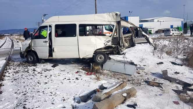 ALERTĂ! Microbuz lovit de tren în Brașov! Șoferul, transportat în stare gravă la spital