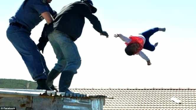 Momentul în care un tată îşi aruncă bebeluşul de pe acoperiş. Cum a fost salvat