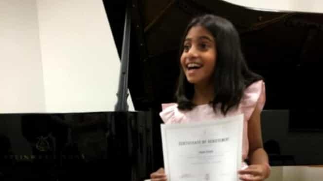 Sorina, fetiţa adoptată în SUA, cântă la pian. Primul recital al copilei la New York