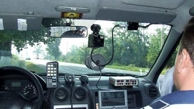 Un șofer a spulberat mașina radar a poliției! Conducătorul auto s-a urcat la volan după ce a consumat băuturi alcoolice