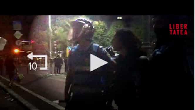 Jandarmerița bătută în Piața Victoriei a plecat pe picioarele ei! Avem dovada!