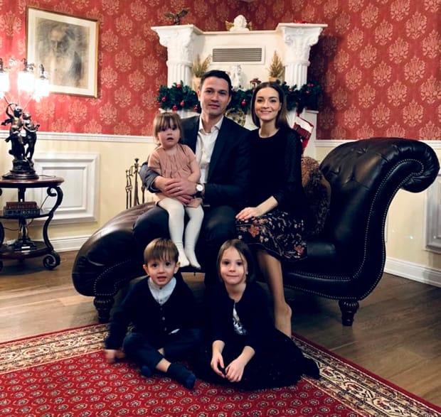 Robert Sighiartău alături de soție și copii