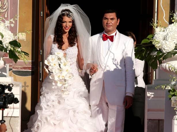 Atât el cât și viitoarea lui soție să nu dea nas în nas cu ea vreodată și să nu care cumva să aleagă Miami ca detinație pentru luna de miere! Alina Vidican s-a mutat din România, după divorțul de omul de afaceri și a părăsit și apartamentul din Miami, unde stătea când trecea prin Statele Unite ale Americii!