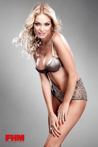 Blondina nu avea în trecut buzele atât de cărnoase și nici sânii așa de voluptoși