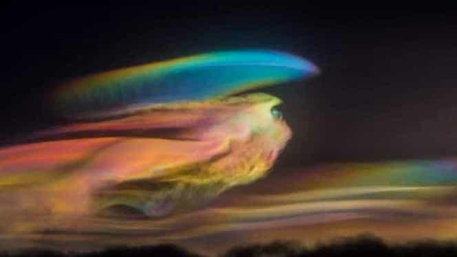 """Fenomenul """"Curcubeul de Foc"""", surprins pe cerul din Hong Kong și Taipei. Explicația ciudaților nori. FOTO"""