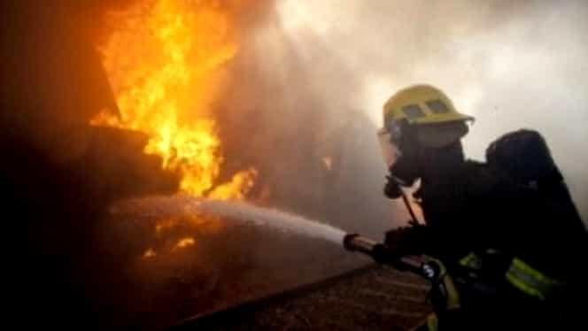 Un tren care transporta produse petroliere a luat foc în Hunedoara. Prefectul a decretat stare de urgență