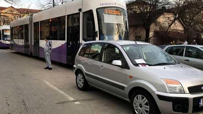 O şoferiţă a blocat 3 tramvaie în Timişoara! Şi-a parcat maşina fix în mijlocul străzii şi a plecat să… Motivul e chiar incredibil