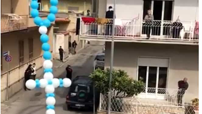 Gest superb al credincioșilor din Italia de Bunavestire! Închiși în case din cauza coronavirusului, oamenii au lansat în aer baloane în formă de cruce VIDEO