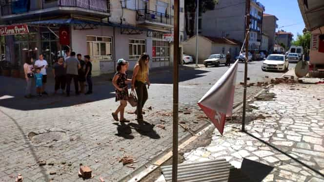 Val de cutremure în Turcia! Cel mai recent seism a avut o magnitudine de 6,9 grade pe scara Richter. 19 oameni au murit și 900 au fost răniți