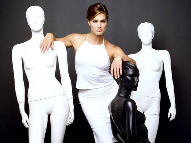 Lady in red. Brooke Shields, fabuloasă la 50 de ani