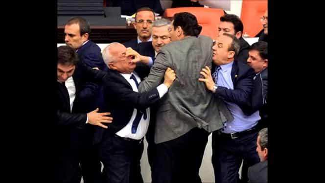 Bătaie ca-n filme în Parlamentul Turciei