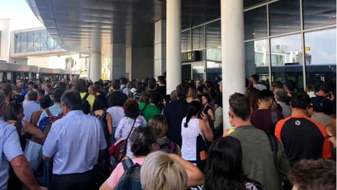 Probleme pe Aeroportul Otopeni. Pasagerii au aşteptat două ore la coadă ca să intre în ţară. Explicaţia autorităţilor
