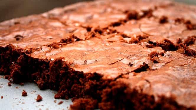 Rețeta zilei: Negresă de post cu vișine, nuci și glazură de ciocolată