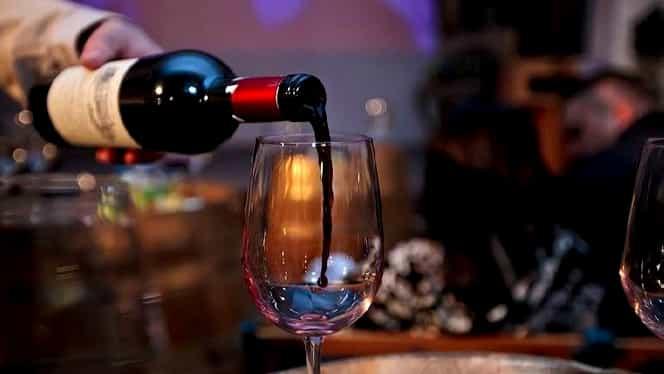 Ce se întâmplă dacă torni bicarbonat de sodiu într-un pahar de vin