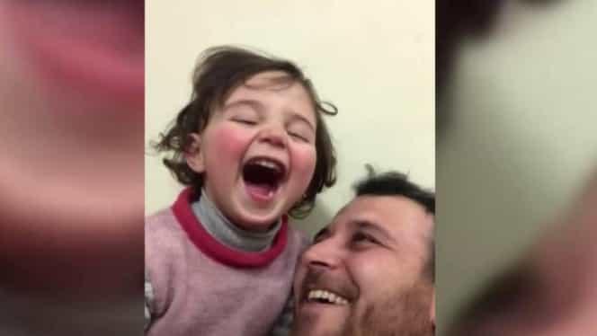 O fetiță din Siria a emoționat întreaga lume! Tatăl o învață să râdă în timpul bombardamentelor VIDEO