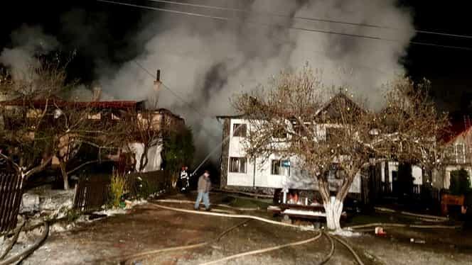 Incendiul de la Moieciu de Sus, stins după 12 ore. Cauza e în curs de stabilire