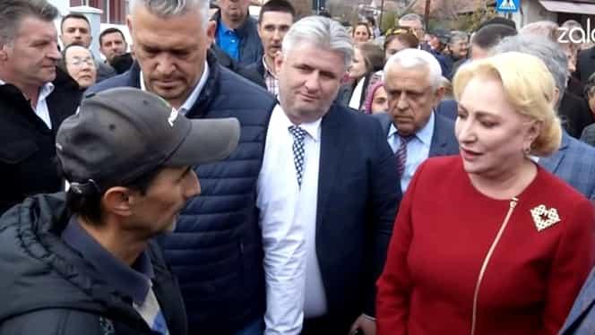 """Viorica Dăncilă, refuzată de un localnic din Sălaj: """"Am înțels că vreți să facem o poză? / Nu, că nu m-ați convins!"""". Video"""