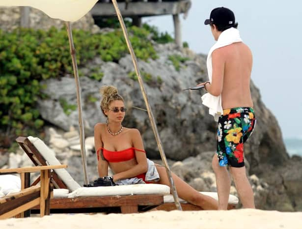Cu sînii pe-afară şi cu degetele în… cum a fost surprinsă o blondă celebră la plajă!