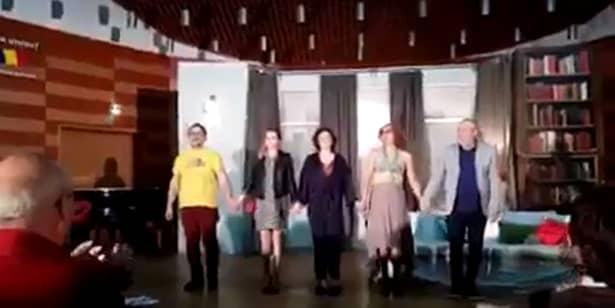 Un spectator la piesa de teatru din seara de marți, 6 septembrie, la Filarmonica din Craiova a filmat ultimele clipe dinainte ca apelurile la 112 să curgă.