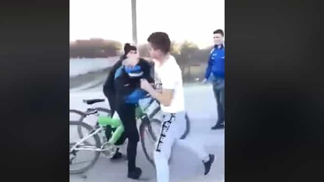Scene inexplicabile: un băiat de 14 ani a fost luat la bătaie, din senin, de un altul de 15 ani. VIDEO