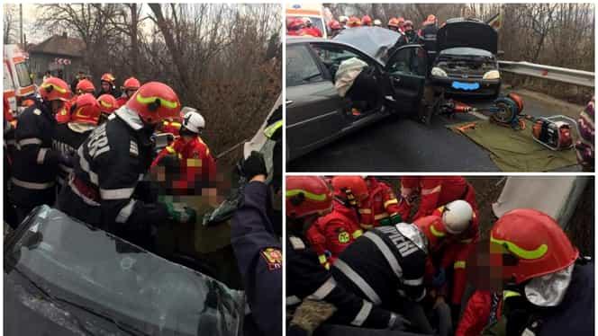 Clipe de groază în Hunedoara! Zeci de pompieri s-au chinuit să scoată trei fetițe dintr-o mașină care s-a făcut praf într-un accident