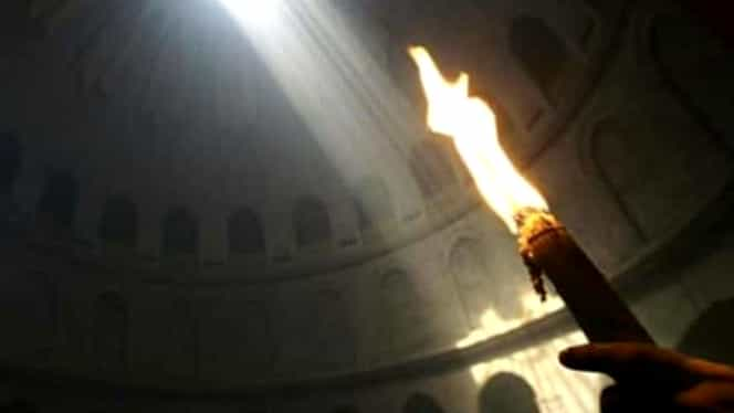 Lumina Sfântă s-a aprins în Mormântul Sfânt din Ierusalim