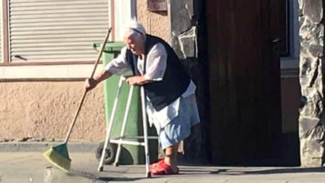 Imagini cutremurătoare! O bătrânică sprijinită de un cadru ajutător mătură străzile la 8 dimineaţa, în Făgăraş. Dar să vezi ce a urmat!