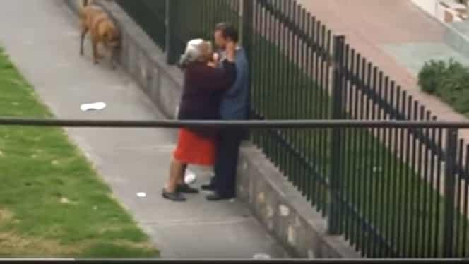 Dovada clară că dragostea nu are vîrstă! Dar totuşi.. Cum au fost filmaţi doi pensionari în stradă. Totul a început cu un sărut. Dar continuarea i-a uluit pe toţi