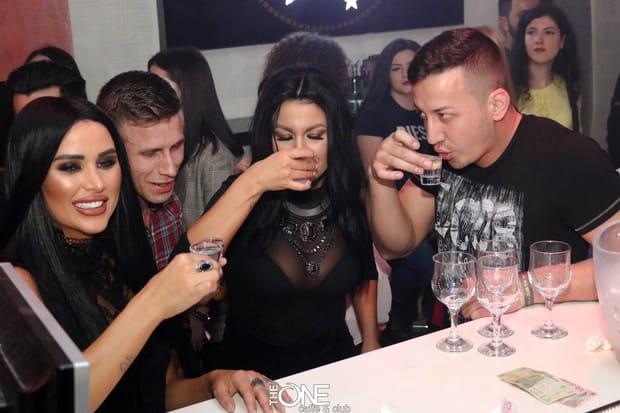 Daniela Crudu, show total într-un club din Bacău! Imagini demenţiale: s-a urcat pe boxe şi nu a mai ţinut cont de nimic!